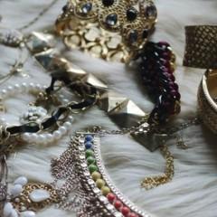 「裝點」新年就要喜氣洋洋招財來,精選10款時尚金色飾品!